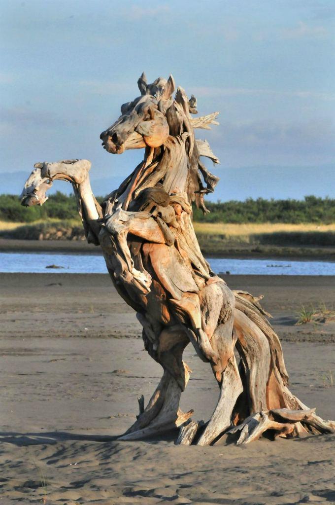 скульптура лошади из коряг